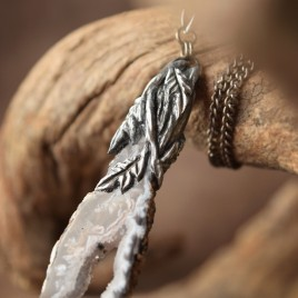 Collier sculpté agate géode «Larme des bois»