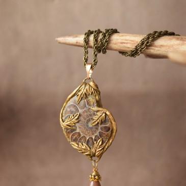 Collier sculpté ammonite «Le bois de Greystone»