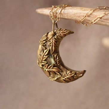 Collier sculpté doré «Lune Boisée» labradorite verte