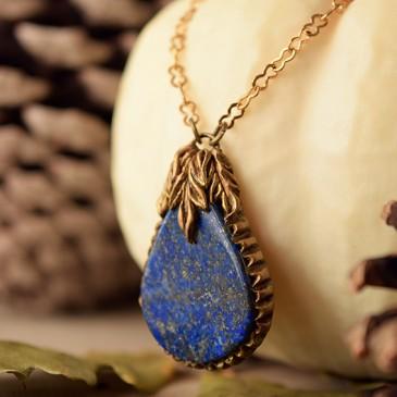 Collier sculpté «Joyau de Bleubosquet» lapis lazuli