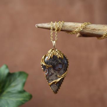 Pendentif sculpté jaspe